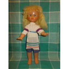 Блондинка в юбке с передником